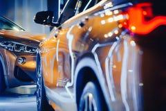 Μοντέρνος φωτεινός αυτόματος παρουσιάζει διάφορα νέα αυτοκίνητα που σταθμεύουν στην αποθήκη εμπορευμάτων εμπόρων ` αυτοκινήτων, σ Στοκ Εικόνες