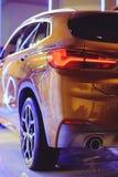 Μοντέρνος φωτεινός αυτόματος παρουσιάζει διάφορα νέα αυτοκίνητα που σταθμεύουν στην αποθήκη εμπορευμάτων εμπόρων ` αυτοκινήτων, σ Στοκ φωτογραφία με δικαίωμα ελεύθερης χρήσης