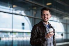 Μοντέρνος όμορφος νέος αρσενικός ταξιδιώτης με τη σκληρή τρίχα που στέκεται υπαίθρια κοντά στο τερματικό αερολιμένων Άτομο που φο Στοκ εικόνες με δικαίωμα ελεύθερης χρήσης