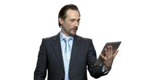 Μοντέρνος ώριμος επιχειρηματίας που έχει την τηλεοπτική συνομιλία απόθεμα βίντεο