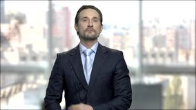 Μοντέρνος ώριμος επιχειρηματίας preens πριν από τον καθρέφτη φιλμ μικρού μήκους