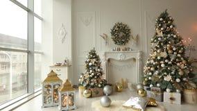 Μοντέρνο άσπρο εσωτερικό Χριστουγέννων με τα διακοσμημένα δέντρα, την εστία, τα φανάρια, τους λαμπτήρες, τα κεριά, το στεφάνι, τι απόθεμα βίντεο