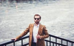 Μοντέρνο άτομο με μια γενειάδα σε ένα παλτό στοκ εικόνες με δικαίωμα ελεύθερης χρήσης