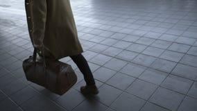 Μοντέρνο άτομο που περπατά στην οδό με την καφετιά τσάντα δέρματος Πίσω άποψη κινηματογραφήσεων σε πρώτο πλάνο απόθεμα βίντεο