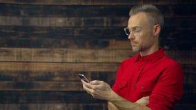 Μοντέρνο άτομο που χρησιμοποιεί τη φορητή συσκευή απόθεμα βίντεο