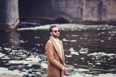 Μοντέρνο άτομο στο παλτό στοκ φωτογραφίες με δικαίωμα ελεύθερης χρήσης