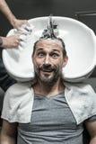 Μοντέρνο άτομο στο barbershop Στοκ Φωτογραφίες