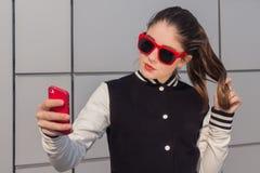 Μοντέρνο έφηβη που παίρνει την αυτοπροσωπογραφία με το κινητό τηλέφωνο Στοκ Φωτογραφία