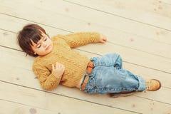 Μοντέρνο αγόρι στο πάτωμα στοκ εικόνα