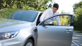 Μοντέρνο ανώτατο στέλεχος επιχείρησης που παίρνει στο αυτοκίνητο πολυτέλειας απόθεμα βίντεο
