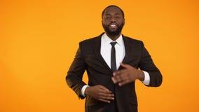 Μοντέρνο αρσενικό αφροαμερικάνων που ρυθμίζει το επίσημο ποιοτικό ένδυμα στεγνού καθαρίσματος κοστουμιών απόθεμα βίντεο