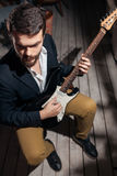 Μοντέρνο γενειοφόρο άτομο με την ηλεκτρική κιθάρα  Στοκ εικόνες με δικαίωμα ελεύθερης χρήσης