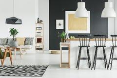 Μοντέρνο δωμάτιο με τη χρυσή ζωγραφική Στοκ Φωτογραφίες