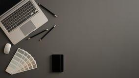 Μοντέρνο ελάχιστο επιτραπέζιο γραφείο γραφείων Ο χώρος εργασίας με το lap-top, το σημειωματάριο, τα μολύβια και το δείγμα χρωματί στοκ φωτογραφίες με δικαίωμα ελεύθερης χρήσης