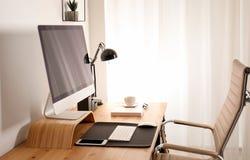 Μοντέρνο εσωτερικό εργασιακών χώρων με το σύγχρονο υπολογιστή Πρότυπο για το σχέδιο στοκ φωτογραφίες