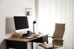 Μοντέρνο εσωτερικό εργασιακών χώρων με το σύγχρονο υπολογιστή Πρότυπο για το σχέδιο στοκ φωτογραφίες με δικαίωμα ελεύθερης χρήσης
