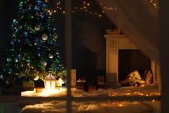 Μοντέρνο εσωτερικό καθιστικών με το διακοσμημένες χριστουγεννιάτικο δέντρο και την εστία τη νύχτα στοκ φωτογραφίες με δικαίωμα ελεύθερης χρήσης