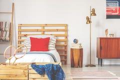 Μοντέρνο εσωτερικό κρεβατοκάμαρων εφήβων με το ξύλινο κρεβάτι και τα εκλεκτής ποιότητας έπιπλα, πραγματική φωτογραφία στοκ εικόνα με δικαίωμα ελεύθερης χρήσης
