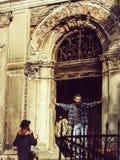 Μοντέρνο ζεύγος κοντά στο παλαιό κτήριο στοκ φωτογραφίες με δικαίωμα ελεύθερης χρήσης