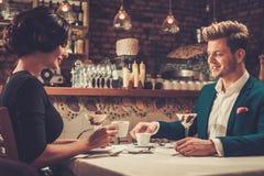Μοντέρνο ζεύγος που έχει την έρημο και τον καφέ μαζί σε ένα εστιατόριο Στοκ Φωτογραφία