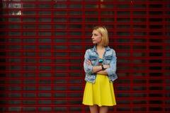 Μοντέρνο θηλυκό που κοιτάζει στο διάστημα πληροφοριακά την προώθηση ή δημοσιότητάς στοκ φωτογραφίες