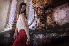 Μοντέρνο θηλυκό πρότυπο που χορεύει στο εσωτερικό, μπαρόκ εσωτερικό ύφους στοκ εικόνα