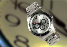Μοντέρνο καθιερώνον τη μόδα μεταλλικό wristwatch στοκ φωτογραφίες