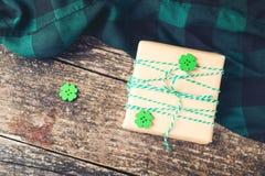 Μοντέρνο κιβώτιο δώρων στους ξύλινους πίνακες Στοκ Εικόνες