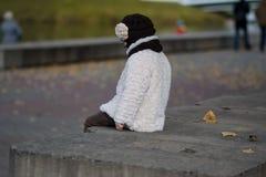 μοντέρνο κορίτσι ενδυμάτω& Στοκ εικόνα με δικαίωμα ελεύθερης χρήσης