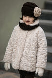 μοντέρνο κορίτσι ενδυμάτω& Στοκ Φωτογραφία