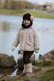 μοντέρνο κορίτσι ενδυμάτω& Στοκ εικόνες με δικαίωμα ελεύθερης χρήσης
