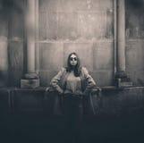 Μοντέρνο κορίτσι κοντά στην αρχιτεκτονική στοκ φωτογραφίες