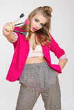 Μοντέρνο κορίτσι με τη μακριά σγουρή τρίχα βούρτσες μιας στις ρόδινες σακακιών κοριτσιών εκμετάλλευσης για τη σύνθεση Στοκ φωτογραφίες με δικαίωμα ελεύθερης χρήσης