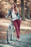 Μοντέρνο κορίτσι με το ποδήλατο Στοκ Εικόνα
