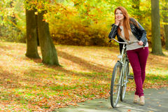 Μοντέρνο κορίτσι με το ποδήλατο Στοκ Εικόνες