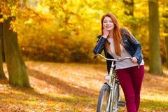 Μοντέρνο κορίτσι με το ποδήλατο Στοκ φωτογραφίες με δικαίωμα ελεύθερης χρήσης