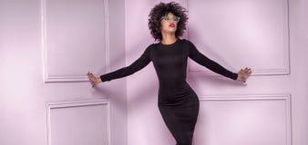 Μοντέρνο κορίτσι με το afro hairstyle που θέτει στοκ εικόνες με δικαίωμα ελεύθερης χρήσης