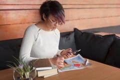 Μοντέρνο κορίτσι με το smartphone και το χάρτη στοκ φωτογραφίες με δικαίωμα ελεύθερης χρήσης
