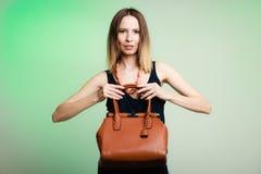 Μοντέρνο κορίτσι μόδας γυναικών που κρατά την καφετιά τσάντα Στοκ φωτογραφία με δικαίωμα ελεύθερης χρήσης