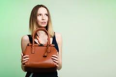 Μοντέρνο κορίτσι μόδας γυναικών που κρατά την καφετιά τσάντα Στοκ Φωτογραφίες