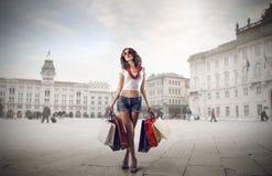 Μοντέρνο κορίτσι που κάνει τις αγορές Στοκ φωτογραφία με δικαίωμα ελεύθερης χρήσης