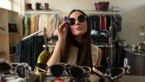 Μοντέρνο κορίτσι που ψωνίζει σε ένα κατάστημα απόθεμα βίντεο