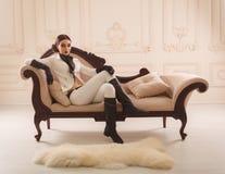 Μοντέρνο κορίτσι σε έναν αναβάτη κοστουμιών Στοκ Εικόνες