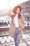 Μοντέρνο κορίτσι στην πόλη στον ήλιο φωτεινή εικόνα της ζωής πόλεων στοκ εικόνες με δικαίωμα ελεύθερης χρήσης