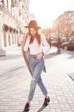 Μοντέρνο κορίτσι στην πόλη στον ήλιο φωτεινή εικόνα της ζωής πόλεων στοκ φωτογραφίες με δικαίωμα ελεύθερης χρήσης
