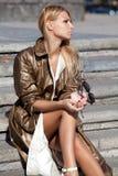 Μοντέρνο κορίτσι στην πόλη φθινοπώρου Στοκ Φωτογραφίες