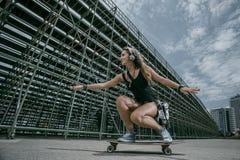 Μοντέρνο κορίτσι στην πόλη Στοκ φωτογραφία με δικαίωμα ελεύθερης χρήσης