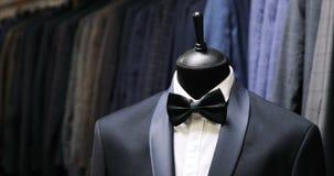 Μοντέρνο κοστούμι ατόμων ` s Σακάκι ατόμων ` s σε ένα μανεκέν Ιματισμός ατόμων ` s brandnames πνευματικά δικαιώματα ιματισμού που φιλμ μικρού μήκους
