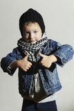 Μοντέρνο μικρό παιδί στο ξανθό παιδί scarf όμορφο κορίτσι μόδας ανασκόπησης που απομονώνεται άσπρος χειμώνας παιδί αστείο Στοκ Εικόνα
