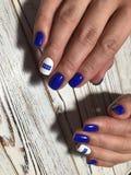 Μοντέρνο μπλε μανικιούρ με ένα άσπρο επίστρωμα μεταλλινών στοκ εικόνες με δικαίωμα ελεύθερης χρήσης